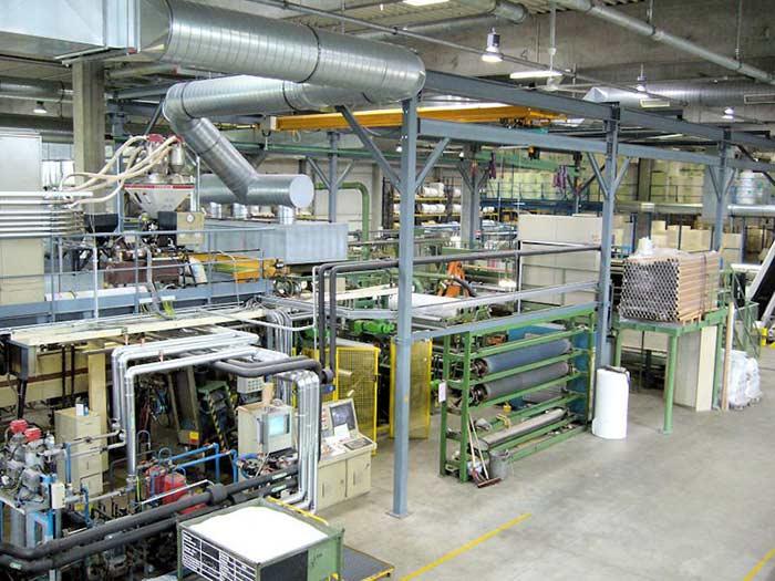 Materialflussplanung bei der Verlagerung einer Luftpolsterfolien-Produktion – nach der Verlagerung. Die Nutzung der Krananlage zur Hülsenzuführung führt zu einer kompakteren Aufstellung und zu Einsparpotenzial