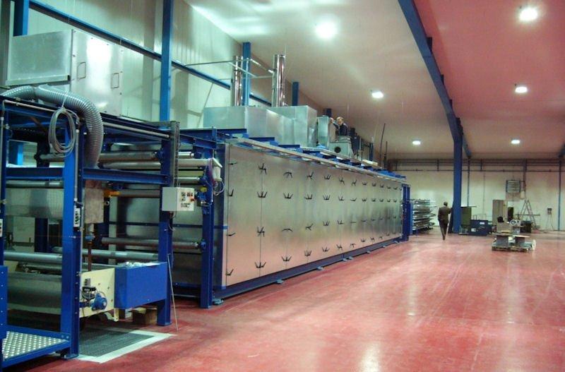 Durchlauftrockner in Etagenbauweise mit zwei separaten Temperaturzonen und quer belüftetem Trocknungskanal