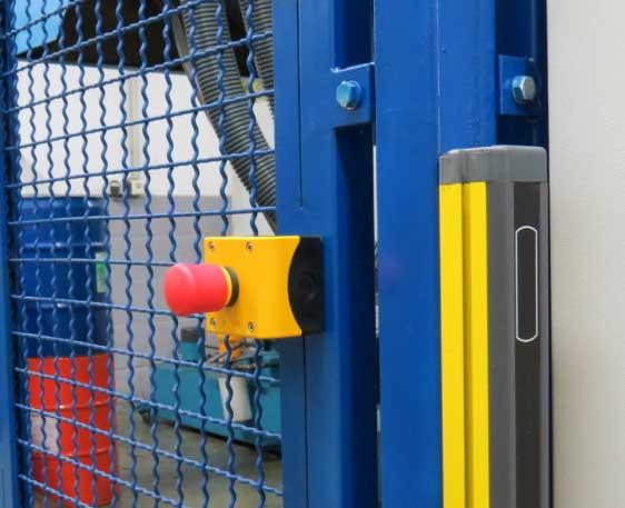 Maschinen-Sicherheitstechnik: Not-Halt und Sicherheitslichtschranke unter Einhaltung der aktuellen Sicherheitsnormen