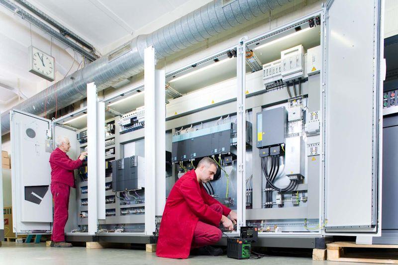 MES process® Schaltschrank mit Sinamics Frequenzumrichtern - Antriebslösung für die Herstellung qualitativ hochwertiger Garne in MES-Fadenbehandlungsanlagen